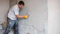 Wohnhaus, West Sussex - Wiederverputzen nach der Behandlung von aufsteigender Feuchtigkeit