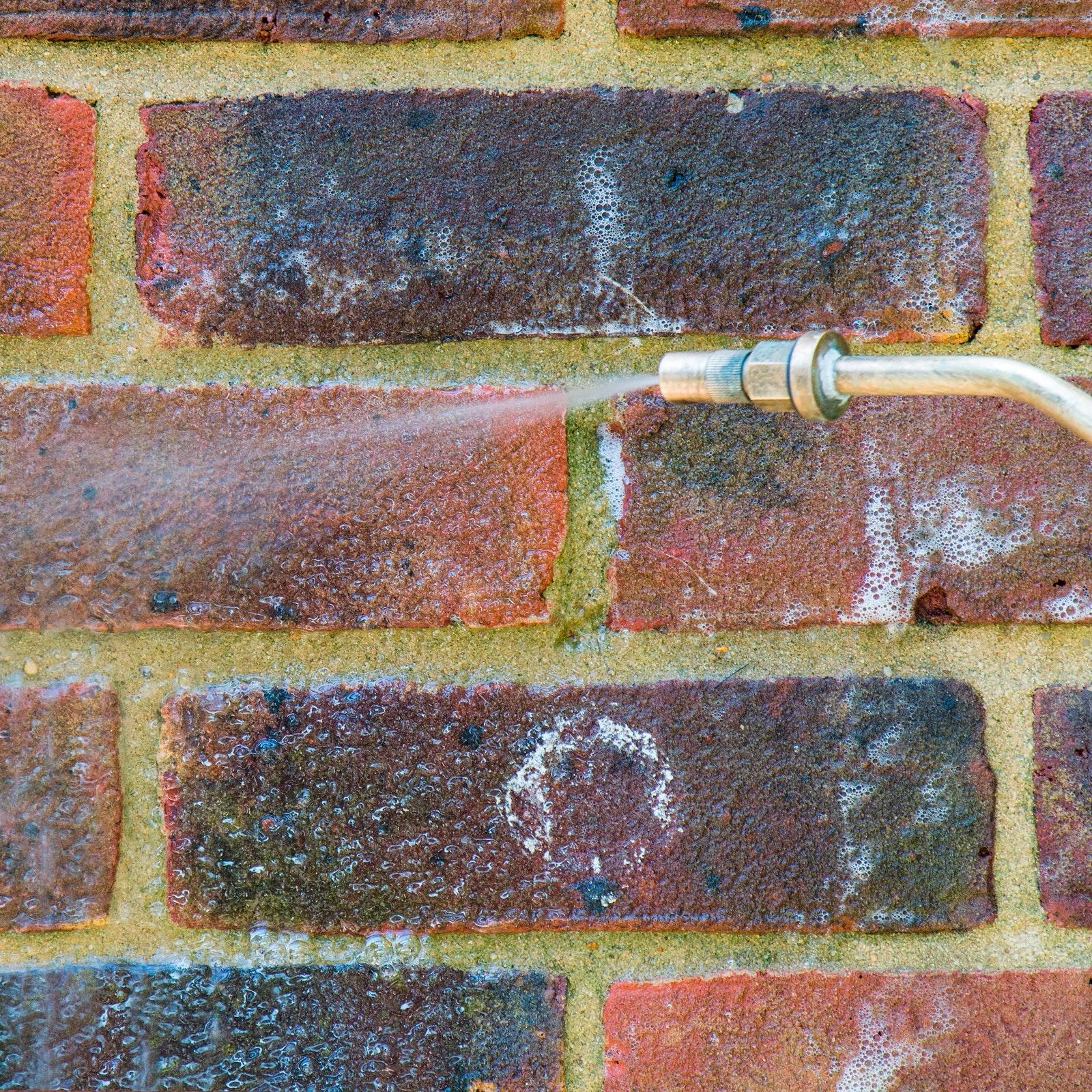 Spray-Auftragung von Stormdry Fassadenreiniger