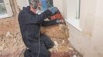 Entfernen Sie jeglichen kontaminierten Putz