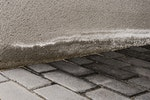 Salpeter Ausblühungen (Salzband) an Außenmauern