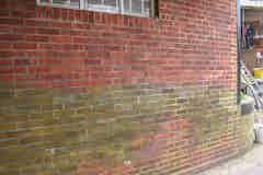 Verfärbungen an der Außenmauer