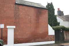 Lokale feuchte Stellen am Mauerwerk