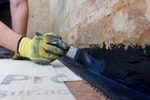 Der neue Putz wird durch Drybase flüssige Dichtbeschichtung an der Boden-Wand Verbindung geschützt
