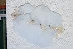 Rissiger Sand Zement Putz führt zu Eindringen von Wasser