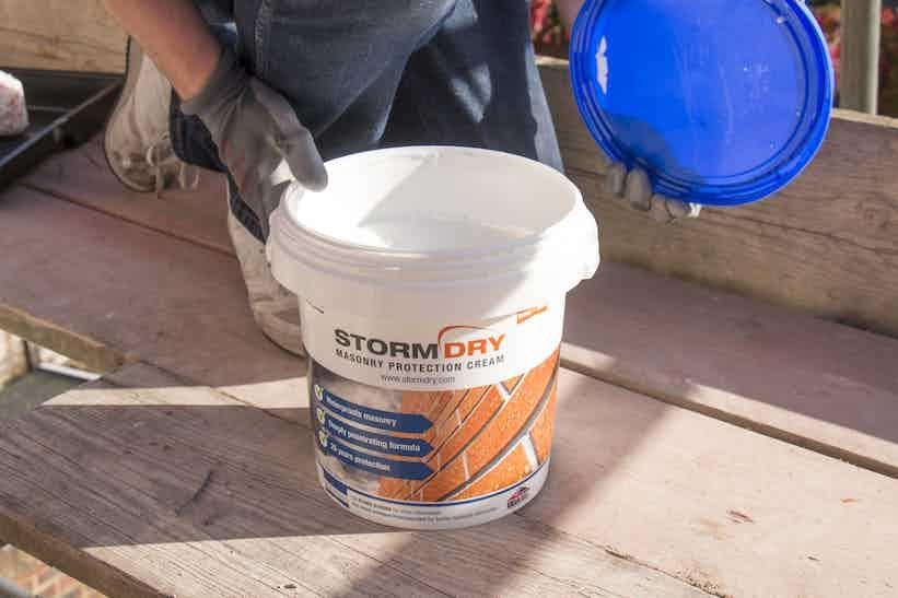 Stormdry Creme zum Schutz von Bauwerken auf Monocouche Putz auftragen