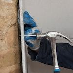 Sichern Sie die Gipsplatten mit Befestigungsstopfen an der Wand