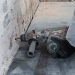 Bohrlöcher zur Vorbereitung für die Dryzone Creme bohren