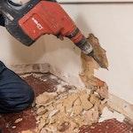 Jegliches feuchtigkeits- und/oder salzkontaminierten Putz entfernen