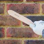 Oberflächenablagerungen mit einer Bürste entfernen