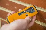 Ein Protimeter Feuchtemesser wird zur Messung der Feuchtigkeit im Mauerwerk verwendet